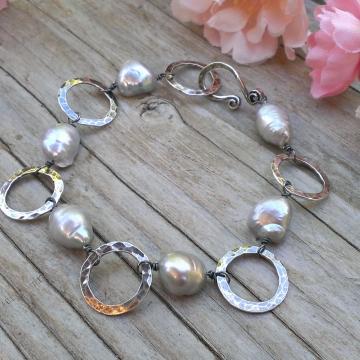 Grey Pearl & Hammered Circle Link Bracelet - Oxidized Sterling